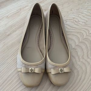 Tory Burch patent leather and suede beige flats